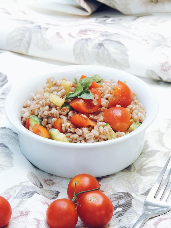Insalata di farro, zucchine e pomodori