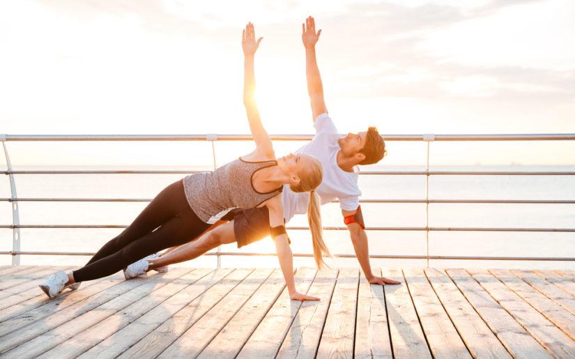 Posizioni yoga in coppia