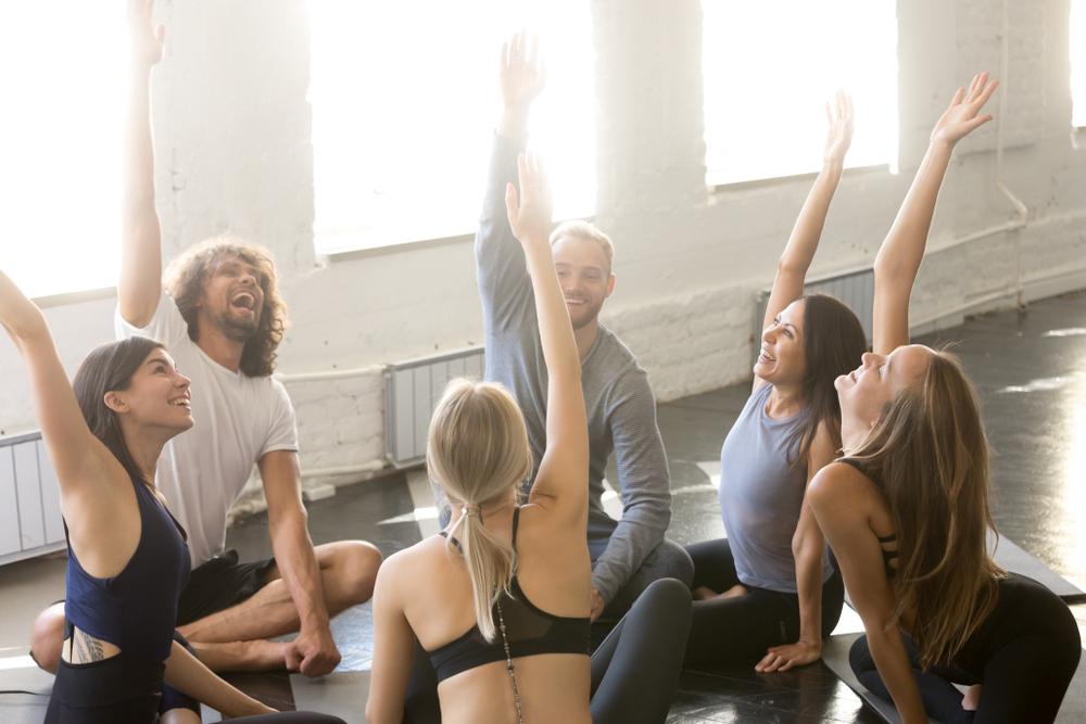 Una sessione di yoga della risata