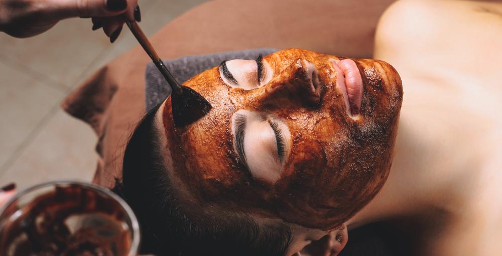 Uno scrub al cacao per pelle mista