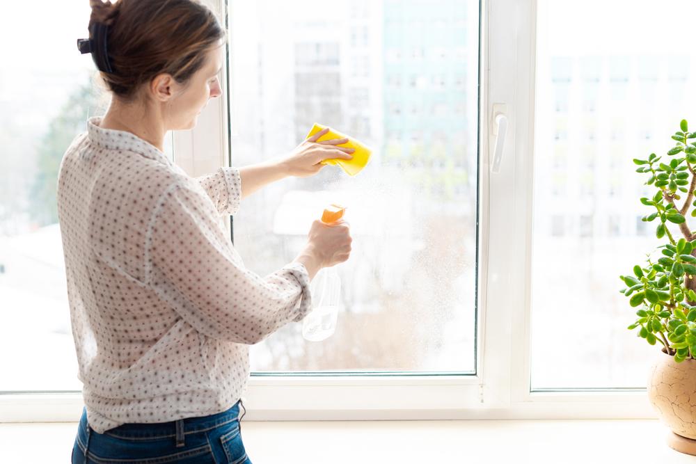 Pulire i vetri con l'aceto bianco